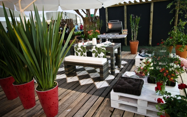 Pallet Furniture: DIY Pallet Table for Outdoor Place